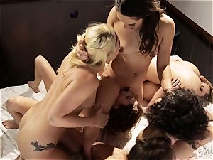 Bree Daniels and her friends have a lezzy hookup