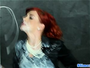 Solo WAM redhead jills off at the gloryhole