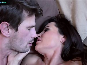 cougar porn industry star Lisa Ann heads for a morning fuck-a-thon