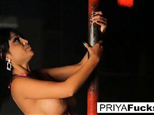 de-robe club performance by Indian ultra-cutie Priya Rai