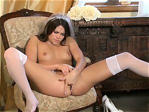 wondrous Aspen Rae shoves her frigs deep in her vagina