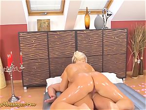 chubby culo Lilith Lee gives greasy massage