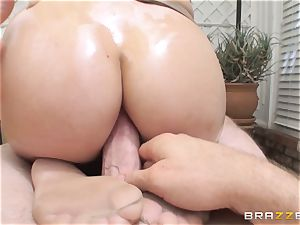 London Keyes oily pulverize in a gym