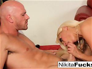 Russian mummy Nikita takes a huge chisel